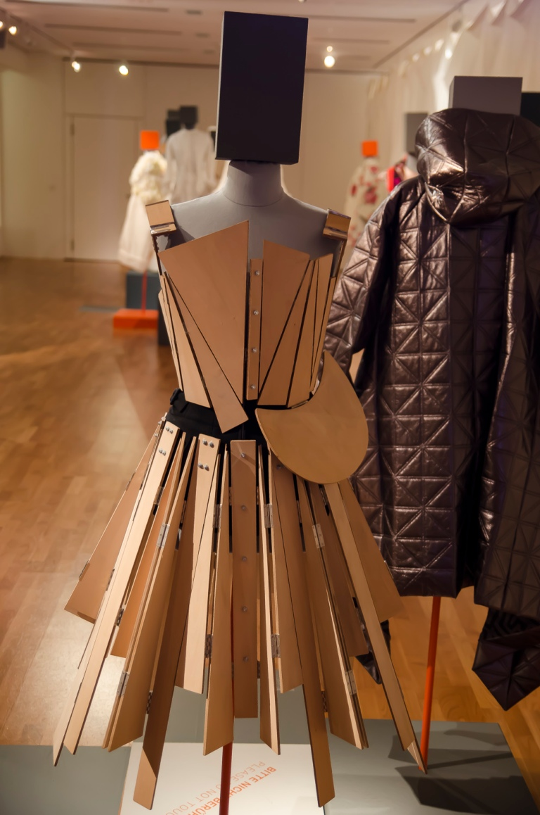 Zweiteiliges Kleid Yohji Yamamoto Tokio H/W 1991 Sperrholz, Schrauben, Metallscharniere, Wolltuch Eigentum der Stiftung für die Hamburger Kunstsammlungen