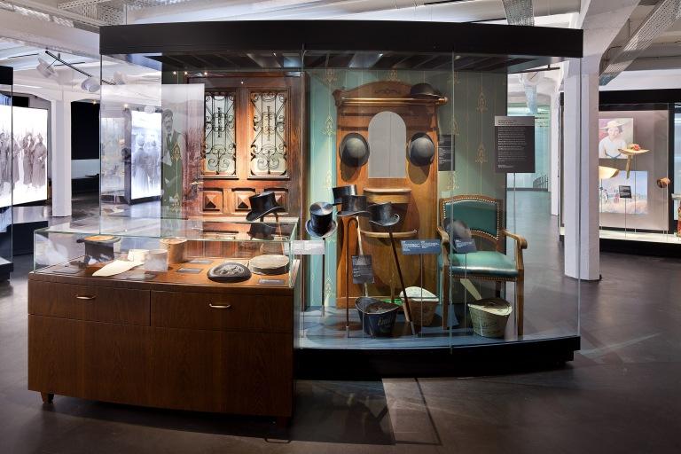 Deutsches Hutmuseum Vitrine mit Zylindern © Daniel Stauch