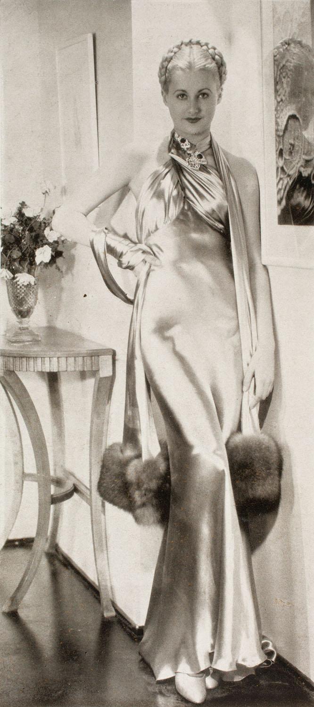 """Abendkleid, aus der Zeitschrift """"Wiener Mode"""", 1935 © Münchner Stadtmuseum"""