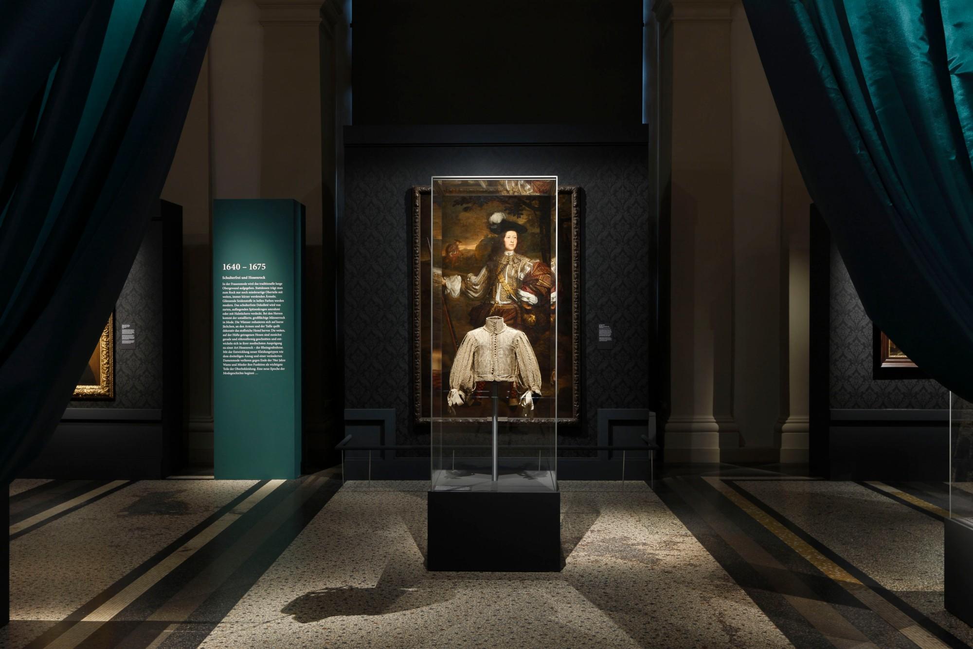 """Ausstellungsansicht """"CHIC! Mode im 17. Jahrhundert"""" © Hessisches Landesmuseum Darmstadt, Foto: Wolfgang Fuhrmannek"""