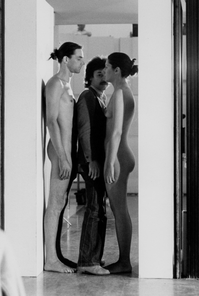 Ulay / Marina Abramovic, Imponderabilia, 1977, Performance, 90 Minuten, Galleria Comunale d'Arte Moderna, Bologna, Foto: Mario Carbone, Courtesy of the Marina Abramovic Archives and LIMA